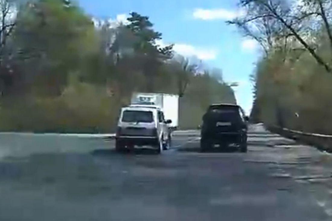 «Отморозки». Чудесная реакция водителя фургона спасла людей в машине под Пензой. Видео
