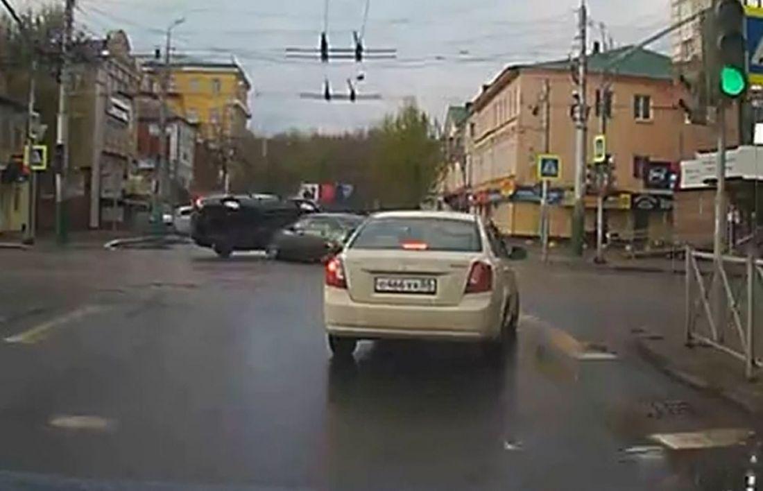 На видео попал момент аварии с опрокидыванием машины на крышу в центре Пензы