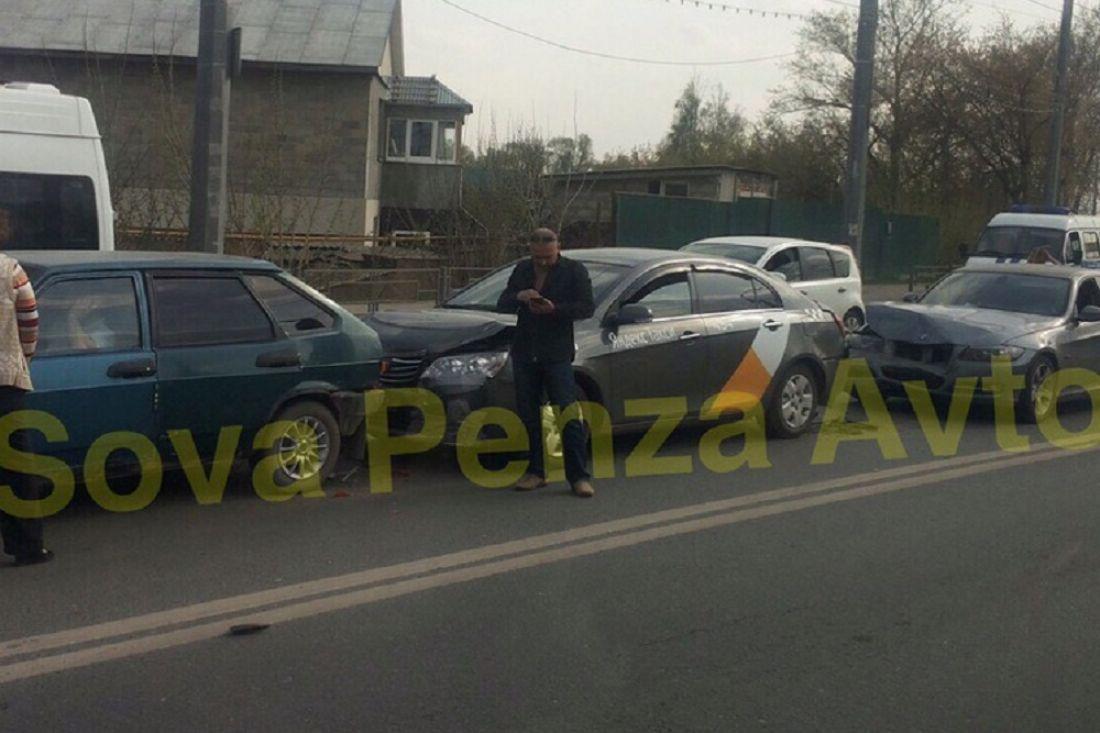 В тройном ДТП в пензенской Терновке люксовой «BMW» раскурочило капот