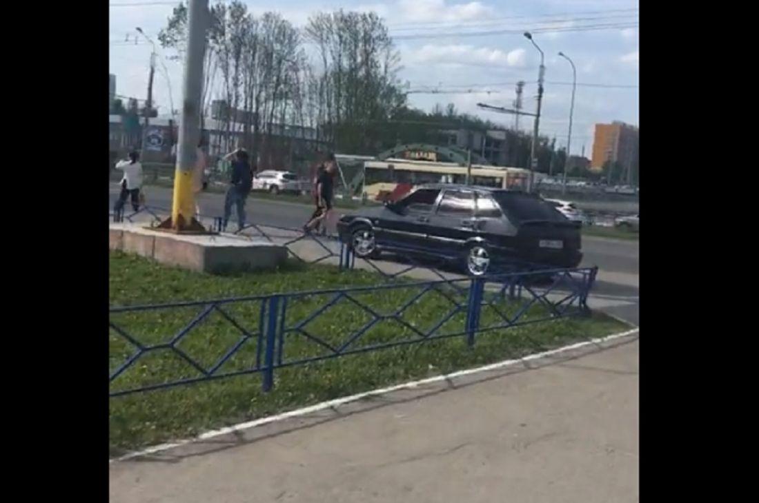 «Не слишком ли много вольностей?» В Пензе автомобилист заехал на тротуар и посигналил пешеходам